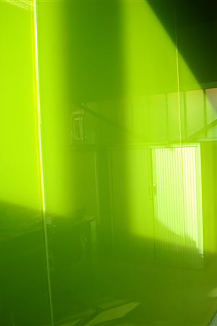 Wand in gekleurd glas